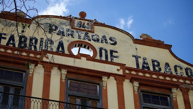 Fachada de la fábrica Partagás, en la calle Industria de La Habana. (Flickr/Aaron May)