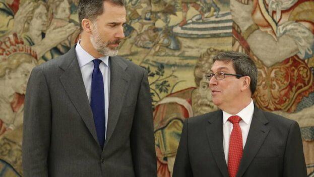 El rey Felipe VI durante un encuentro con Bruno Rodríguez en 2017, cuando bajo el Gobierno de Rajoy se acordó por primera vez la visita del jefe de Estado español a Cuba. (EFE)