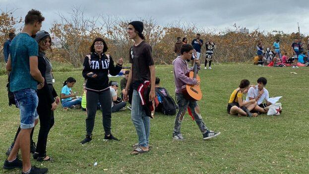 A la entrada los jóvenes hacen pequeños grupos, unos conversan o tocan la guitarra mientras otros escuchan música en sus bocinas y bailan. (14ymedio)