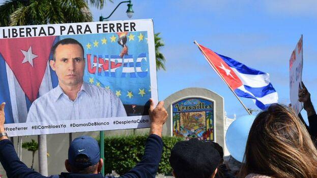 Ferrer, de 49 años, pasó casi ocho años en prisión después de su arresto, en 2003, como parte de los 75 disidentes víctimas de la Primavera Negra. (EFE)