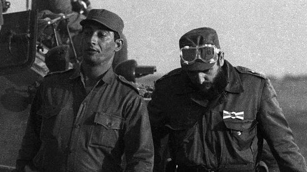 Fidel Castro en compañía del general Arnaldo Ochoa. (CC)