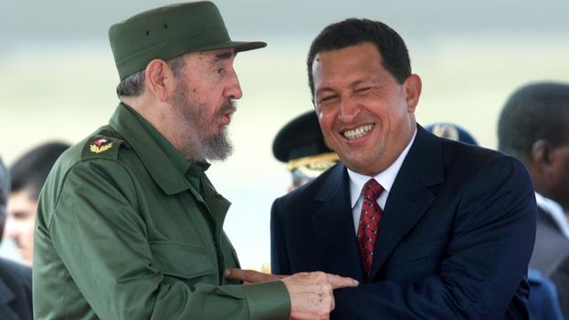 Fidel Castro y Hugo Chavez durante una visita de Estado a Caracas en el 2000. (Reuters)