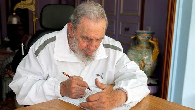 Fidel Castro ejerce su derecho al voto desde su casa de La Habana, en abril de 2015. (EFE/EPA/Cubdebate/Estudios Revolucion)