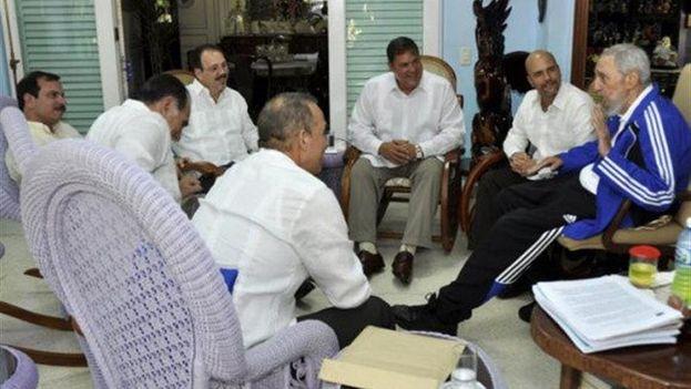 Fidel Castro con los Cinco, el pasado 28 de febrero en La Habana. (EFE/Estudios Revolución/Cubadebate)