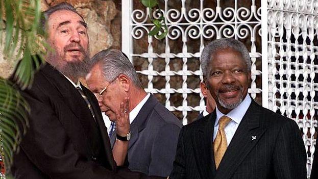 El exgobernante cubano, Fidel Castro, junto a Kofi Annan. (Twitter)