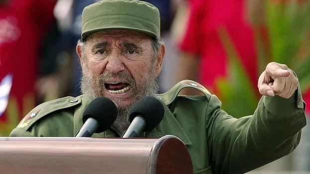 Fidel Castro arenga a la multitud. (Archivo)