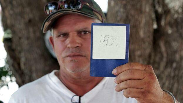 Jorge Luis Fleites, un migrante cubano que actualmente espera en Matamoros, México, su oportunidad de pedir asilo en los Estados Unidos, muestra su número en la fila. Ha estado esperando durante dos meses desde que llegó a la frontera. (el Nuevo Herald).