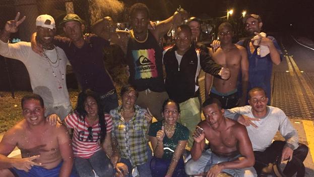 El grupo de trece cubanos llegó este martes en una balsa a uno de los cayos de Florida. (Oficina del Alguacil del Condado Monroe)