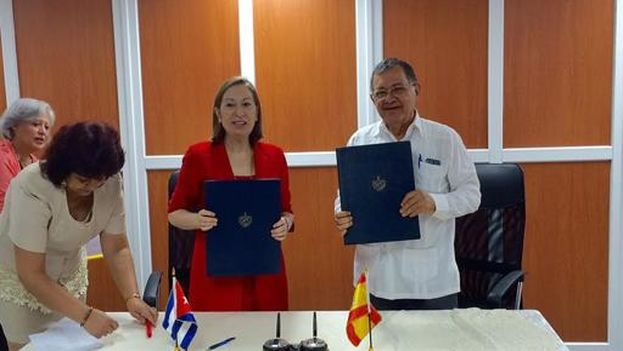 La ministra española de Fomento en funciones, Ana Pastor, con el ministro cubano de Transportes, Adel Yzquierdo. (Ministerio de Fomento)