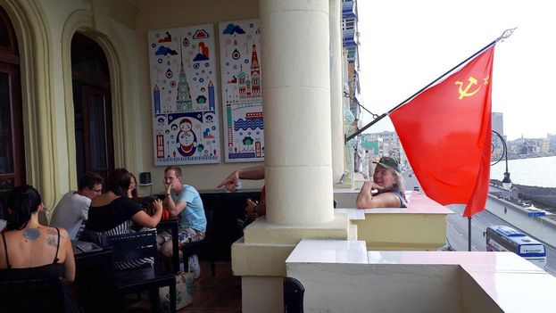 La bandera roja de la hoz y el martillo ondea sobre el malecón de La Habana. (14ymedio)