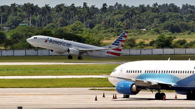 Fotografía fechada el 18 de octubre de 2018 que muestra un avión de la aerolinea American Air lines mientras despega del aeropuerto internacional José Martí, en La Habana. (EFE)