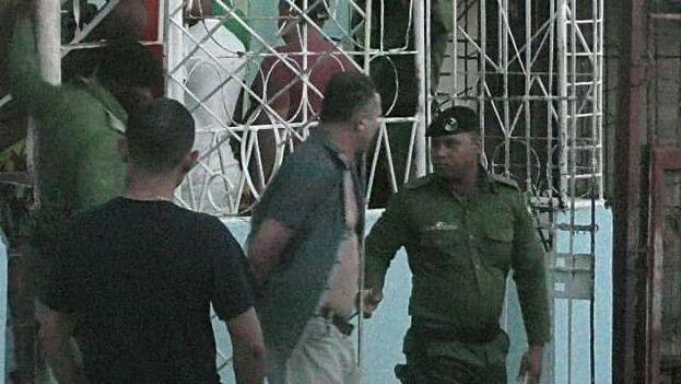 Fotografía del momento del arresto de José Daniel Ferrer publicada por la Seguridad del Estado y difundida por las redes sociales.
