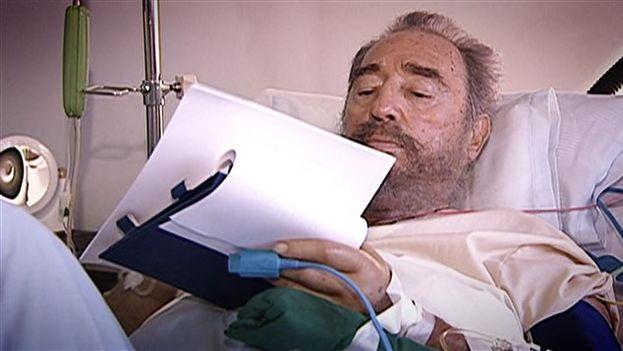 Fidel Castro firmando su renuncia provisional en julio de 2006 desde la cama de un hospital. (Fotograma/Roberto Chile/Radio-Canada)