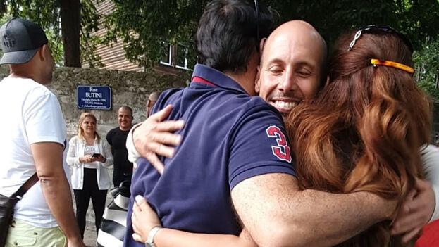 Fotos del activista abrazándose a amigos y conocidos que llegaron hasta el lugar recorrieron las redes sociales, junto a frases de apoyo al sacrificio del huelguista. (Facebook)