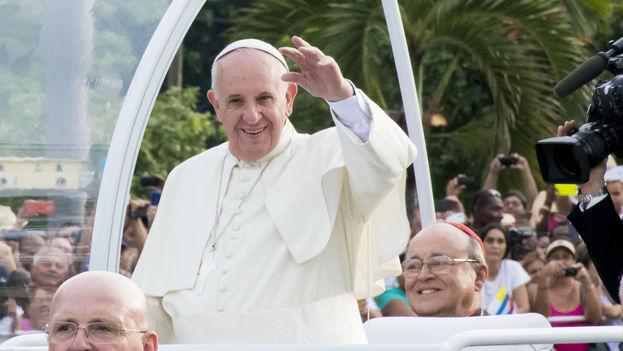 El papa Francisco a su llegada a la Plaza de la Revolución (Foto 14ymedio)