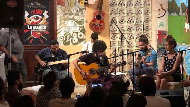 Frank Mitchel Chirino en un concierto en La Marca. (14ymedio)