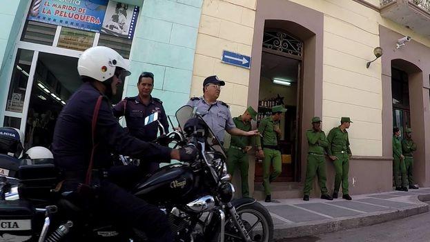 Fuerte operativo policial a las afueras del tribunal donde sesionó el juicio por el asesinato de Mandy (Foto Henry Constantin)