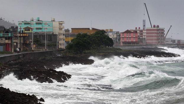 Fuertes penetraciones del mar en el malecón de la ciudad de Baracoa. (EFE)