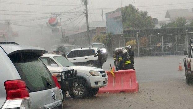 La Fuerza Pública de Costa Rica custodia este sábado bajo la lluvia la frontera con Panamá, en la región de Paso Canoa, donde está varado un gran número de migrantes cubanos. (Facebook)