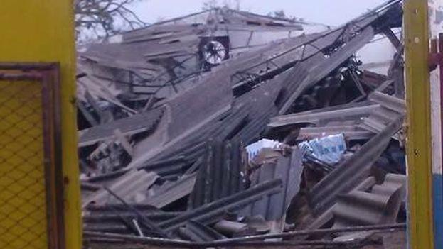 La mayoría de los techos ligeros en el poblado camagüeyano de Esmeralda están en el suelo tras el paso del huracán Irma. (Cortesía)