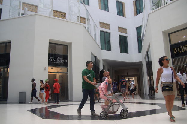 En la intersección de los pasillos de la galería han removido el busto del líder comunista Julio Antonio Mella que durante décadas se erigió desafiante en el centro del edificio. (14ymedio)