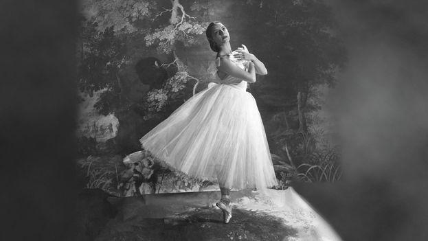 Alicia Alonso en 'Giselle' durante una presentación de los años 40. (American Ballet Theatre/Cecil Beaton)