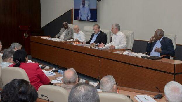 Los dirigentes del Partido y el Gobierno de las provincias y municipios del país siguieron por videoconferencia el Consejo de Ministros. (EFE /Estudios Revolución)