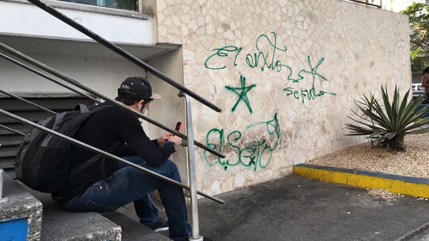 Graffiti de El Sexto tras la muerte de Fidel Castro. (14ymedio)