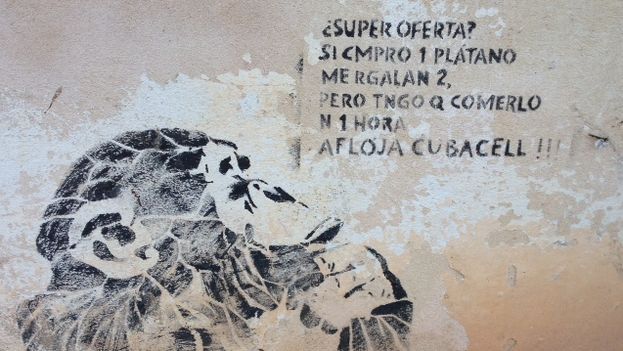 Grafiti sobre las recargas dobles de Etecsa pintado en La Habana. (14ymedio)
