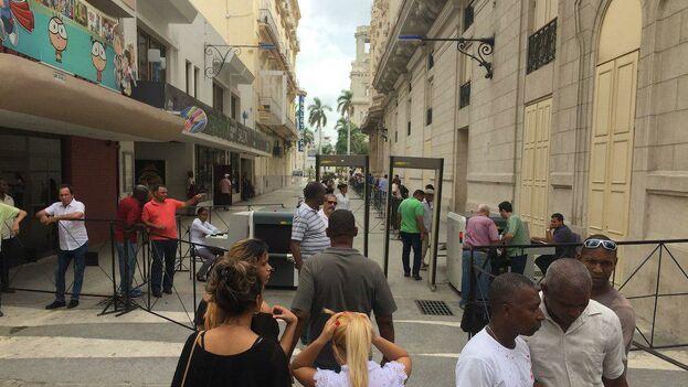 """Se ha instalado un escáner de seguridad en la entrada lateral del Gran Teatro de La Habana """"Alicia Alonso"""". (14ymedio)"""