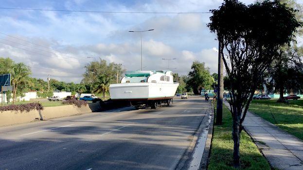 El yate Granma se aleja lentamente por la avenida de Rancho Boyeros. (14ymedio)