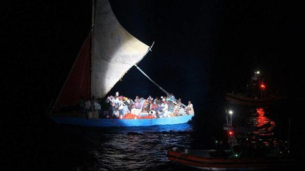 Los migrantes haitianos en la embarcación que fue interceptada por la Guardia Costera y las Tropas Guardafronteras de Estados Unidos y Cuba, respectivamente. (U.S. Coast Guard)
