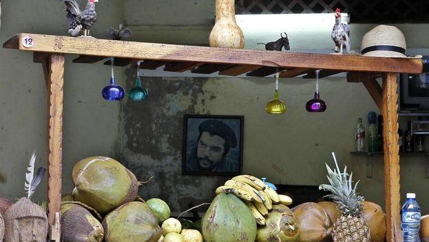 Vista de una foto del Che Guevara a través de un puesto de venta de productos agrícolas el sábado 4 de agosto del 2018, en La Habana (Cuba). Yander Zamora EFE