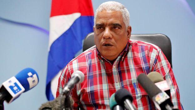 Luis Ladrón de Guevara, director de transporte de pasajeros del Ministerio de Transporte en Cuba, habla hoy durante una rueda de prensa, en La Habana. (EFE/Ernesto Mastrascusa)
