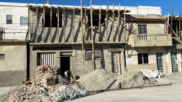 Una año después del paso del tornado por La Habana muchos todavía levantan sus casas desde los cimientos, otros reparan mientras que algunos ya disfrutan de una casa nueva. (14ymedio)