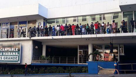 En los bajos del hotel Habana Libre, en El Vedado, decenas de personas se congregan cada día para intentar comprar un boleto hacia Managua. (14ymedio)
