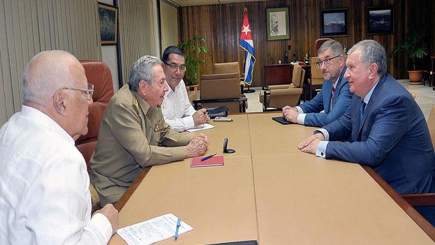 Raúl Castro recibió en la noche del sábado en La Habana al presidente de la empresa petrolera rusa Rosneft, Igor Sechin. (Estudios Revolución)