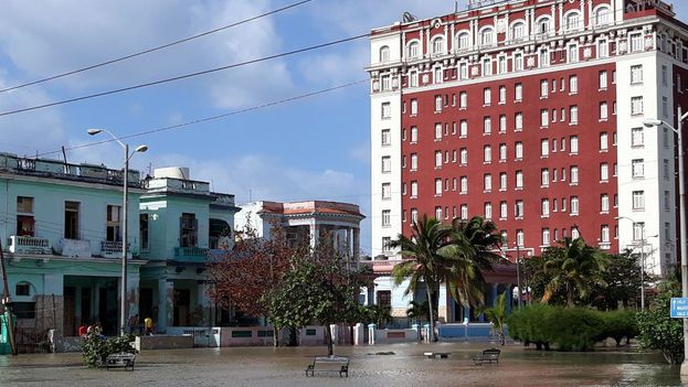 En las cercanías del hotel Presidente, de la Calle G, el agua ha inundado todos los inmuebles ubicados en planta baja y los garajes.