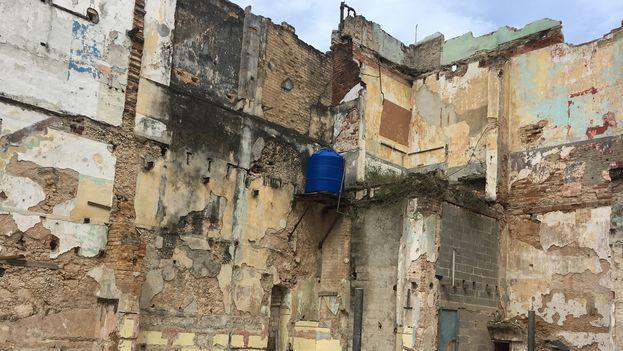En medio de las ruinas de La Habana los vecinos aprovechan cualquier espacio para mejorar sus condiciones de vida. (14ymedio)