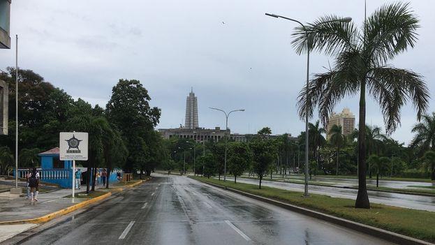 En La Habana la lluvia ha sido de intensidad moderada pero constante, una situación climatológica que ha vuelto más difícil el traslado en el deficiente transporte público de trabajadores y estudiantes. (14ymedio)