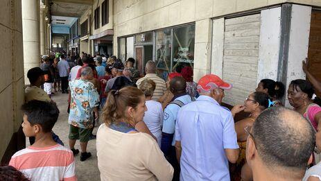 Una larga cola en La Habana para comprar detergente, uno de los productos que se han ausentado de los mercados. (14ymedio)