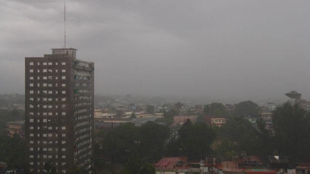 La lluvia caída en La Habana en las últimas horas ha aliviado el calor extremo y la sequía de los últimos días pero ha colapsado la capital. (14ymedio)