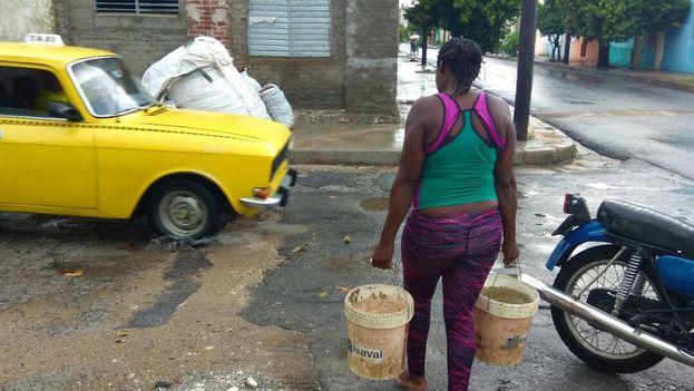 Habitantes de la localidad tienen que almacenar agua de lluvia con cubos ante la deficiencia del abasto. (14ymedio)