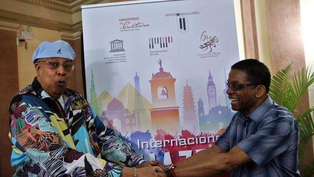 Los músicos Chucho Valdés (i) de Cuba y Herbie Hancock (d) de Estados Unidos posan el sábado 29 de abril de 2017, en La Habana luego de una conferencia de prensa para anunciar el concierto que ofrecerán el domingo en esa ciudad para celebrar el Día Internacional del Jazz. (EFE)