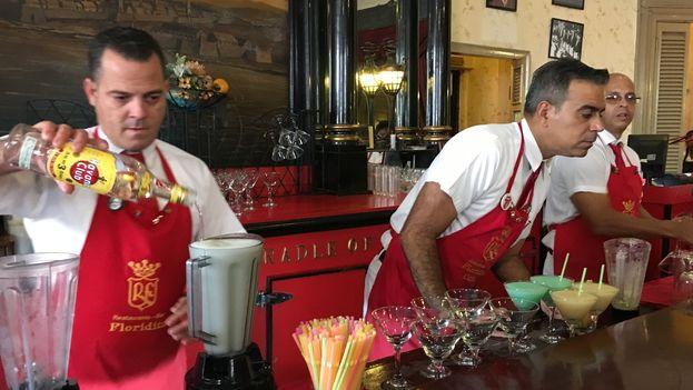 Un empleado prepara un trago con ron Havana Club en el bar y restaurante El Floridita, en La Habana. (14ymedio)