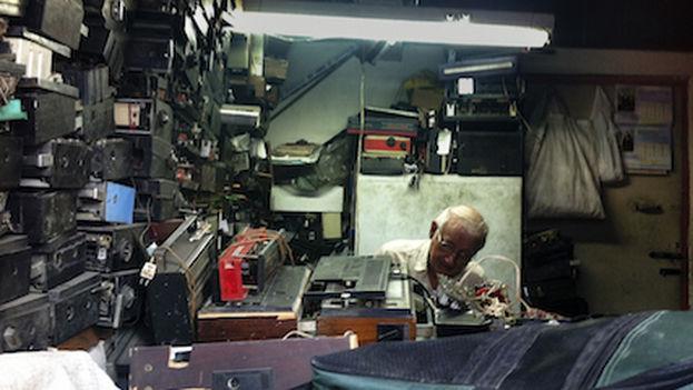Hombre en un taller de reparación de radios por cuenta propia. (SILVIA CORBELLE)