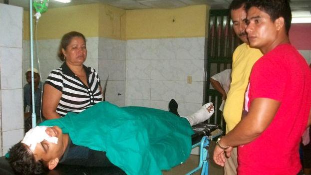 Los lesionados reciben atención médica en el Hospital Celia Sánchez de Manzanillo. (La Demajagua)