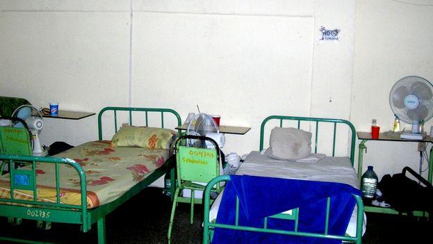 Camas para los pacientes ingresados en la sala de deshabituación del Hospital Psiquiátrico de Santa Clara (Foto: Héctor Reyes)