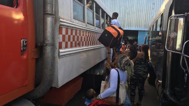 Los transportistas privados alivian la situación, pero solo para quienes pueden permitirse el lujo de tomar uno de los caros vehículos. (14ymedio)