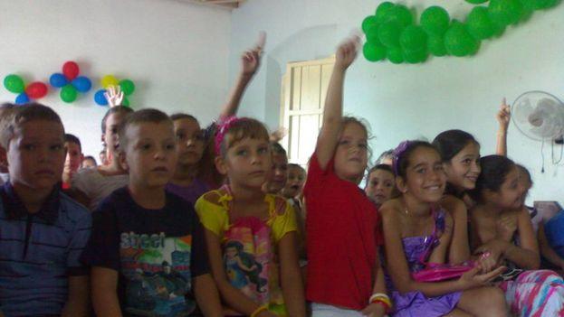 Niños durante la celebraciones del Día de Reyes en la Iglesia de Taguayabón. (M.F. Lleonart Barroso)